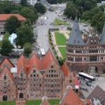 Lübeck (D) – Blick von der Petrikirche auf das Holstentor