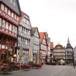 Fritzlar (D) – Marktplatz mit schönen Fachwerkhäusern