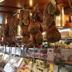 Bologna – Schinken in einem Laden
