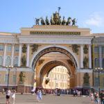 St. Petersburg (RUS) – Durchgang vom Palastplatz zum Newski-Prospekt