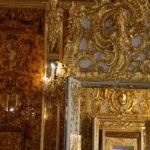 Puschkin (RUS) –  im Katharinenpalast (Zarskoje Selo)  – geheimer Blick ins Bernsteinzimmer (links)
