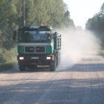 Unterwegs in Lettland – Gegenverkehr mit Staubwolke