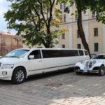 Kaunas (LV) – Hochzeitsautos warten vor dem Rathaus