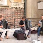 Krakau (PL) – in der Altstadt – Musiker vor der Marienbasilika