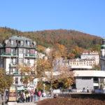 Karlsbad (Karlovy Vary) (CZ) – Boulevard in der Innenstadt mit Sprudelkolonnade und Marien-Magdalenenkirche