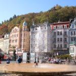 Karlsbad (Karlovy Vary) (CZ) – Geysir-Brunnen vor der Sprudelkolonnade