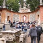 Salzburg (A) – Schloss Hellbrunn – (Wasserspiele: die Hocker machten die Hosen von unten nass)