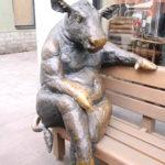Tallinn (EST) – Elchkuh vor einem Fleischerladen an der Lehmpforte