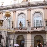 Figueres (E) – Am Haupteingang des Salvador Dalí Museums