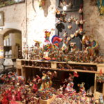 Tarragona (E) – In einem Laden für Masken und allerlei Krimskrams