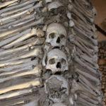 Évora (P) – Capela dos Ossos (Historische Kapelle mit Menschenknochen)