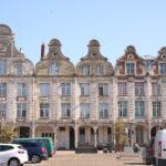Arras (F) – Der Grand-Place  (Typische Spätbarockarchitektur mit prachtvollen Scheingiebeln)